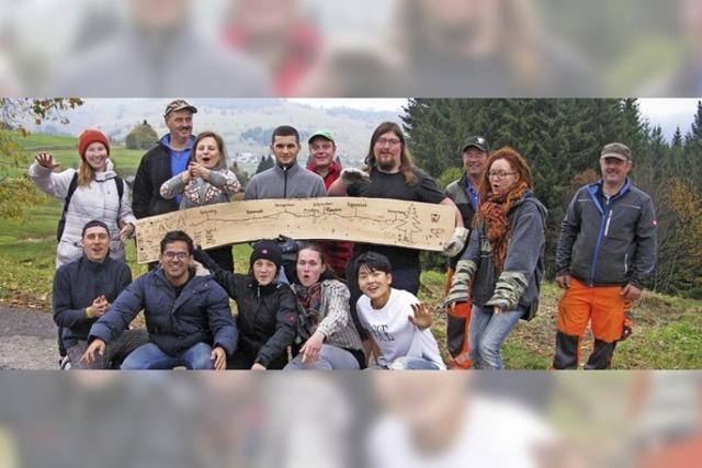 Junge Leute arbeiten ehrenamtlich im Zauberwald