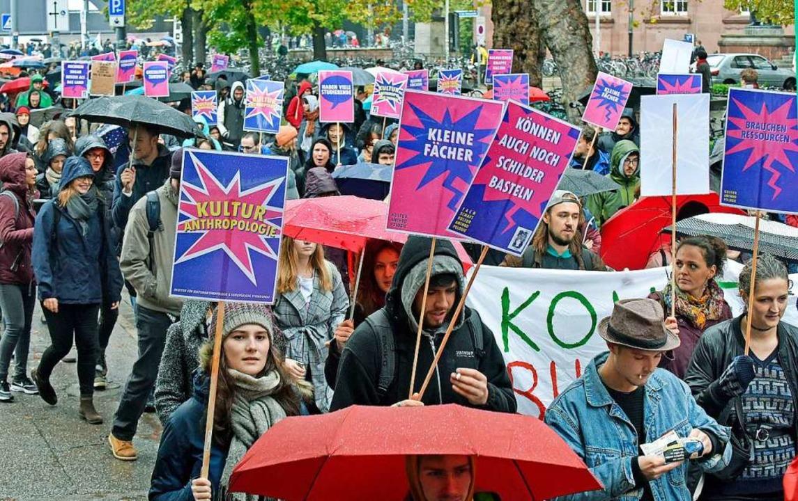 Studierende demonstrierten am Mittwoch... bessere Finanzierung der Hochschulen.  | Foto: Michael Bamberger