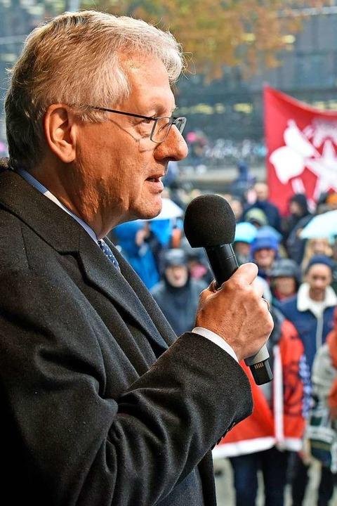 Uni-Rektor Hans-Jochen Schiewer auf der Kundgebung in Freiburg  | Foto: Michael Bamberger