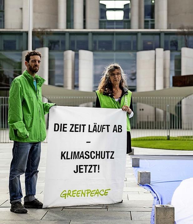 Greenpeace macht Druck – jetzt auch vor Gericht.  | Foto: Christoph Soeder