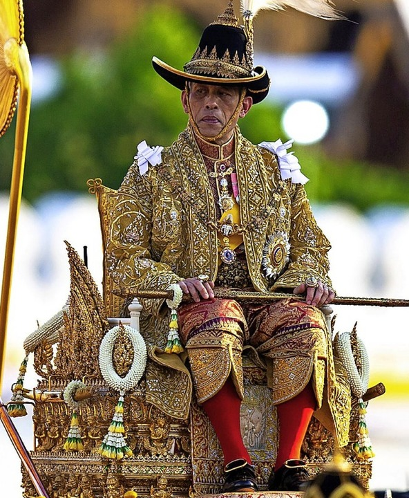 Der König Thailands auf einer Sänfte    Foto: Wason Wanchakorn (dpa)