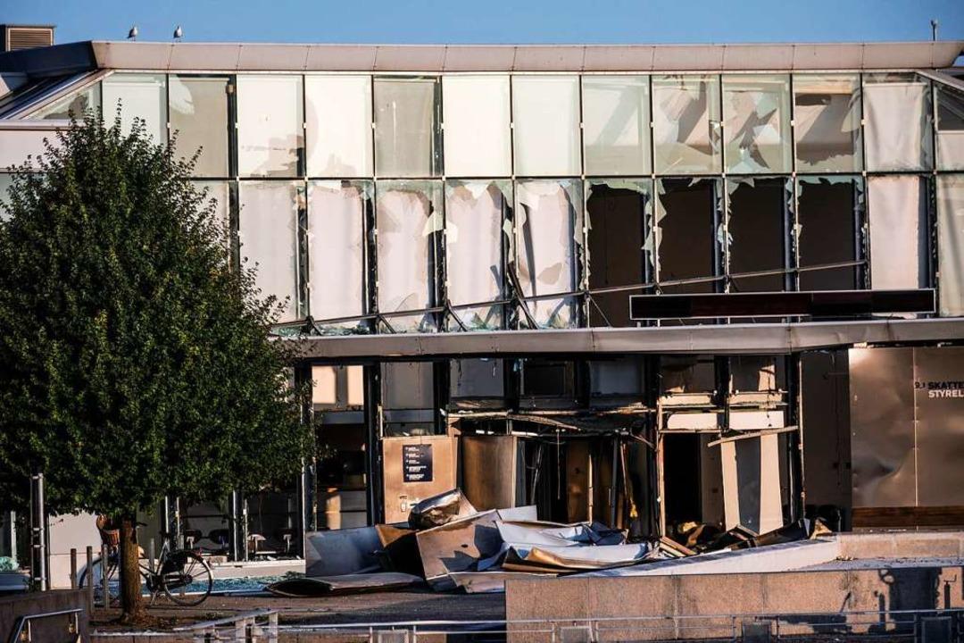 Zerbrochene Fensterscheiben nach einer... dänischen Steuerbehörde in Kopenhagen  | Foto: Olafur Steinar Rye Gestsson (dpa)