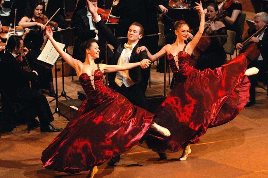 Tänzer des K&K-Ballets sorgen für Wiener Blut.  | Foto: Ralf Lehmann