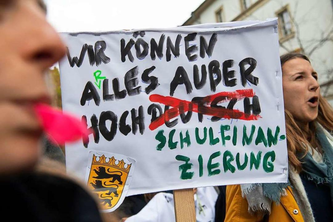 Studierende demonstrieren in Stuttgart.  | Foto: Sebastian Gollnow (dpa)