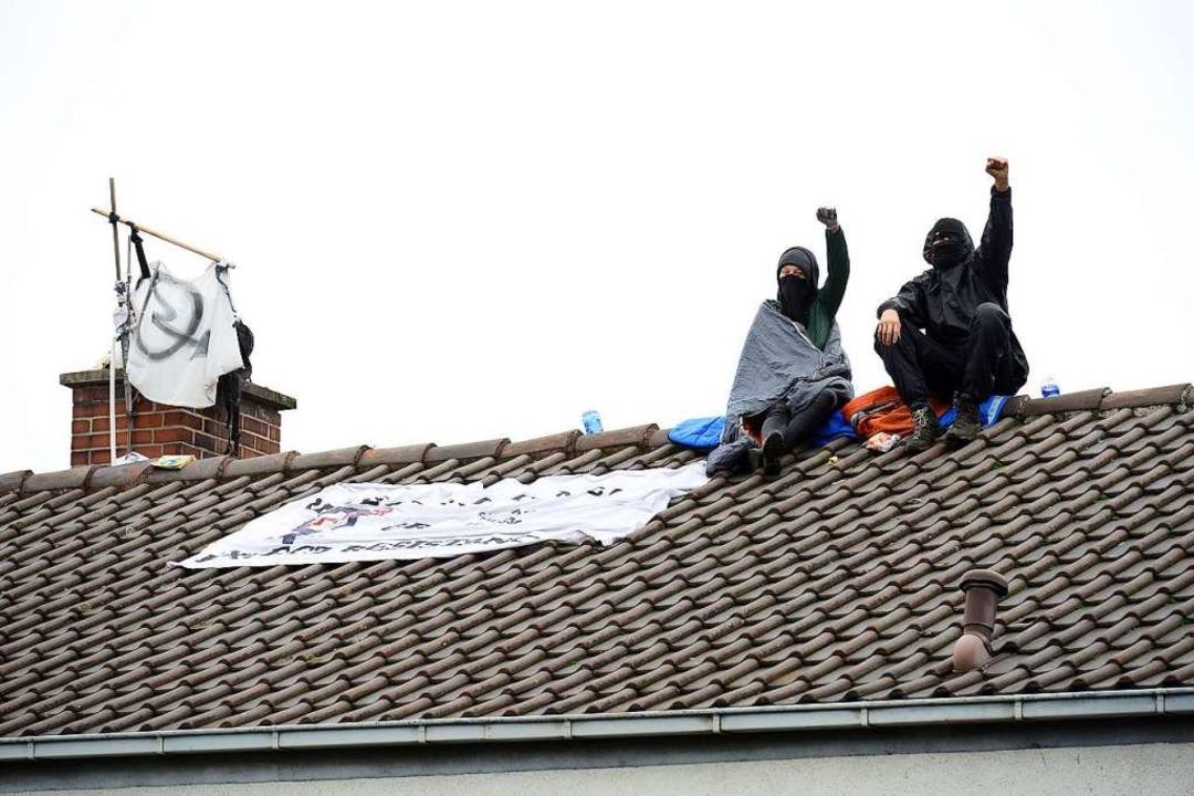 Besetzer auf dem Dach des Hauses an der Fehrenbachallee    Foto: Ingo Schneider