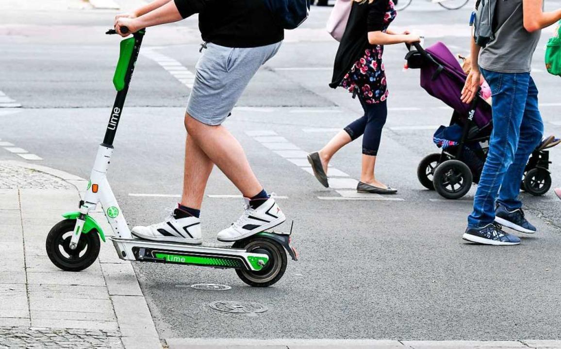 Das Trottinett, wie wir die Scooter im...n kann – nicht einmal im Sommer.  | Foto: Jens Kalaene