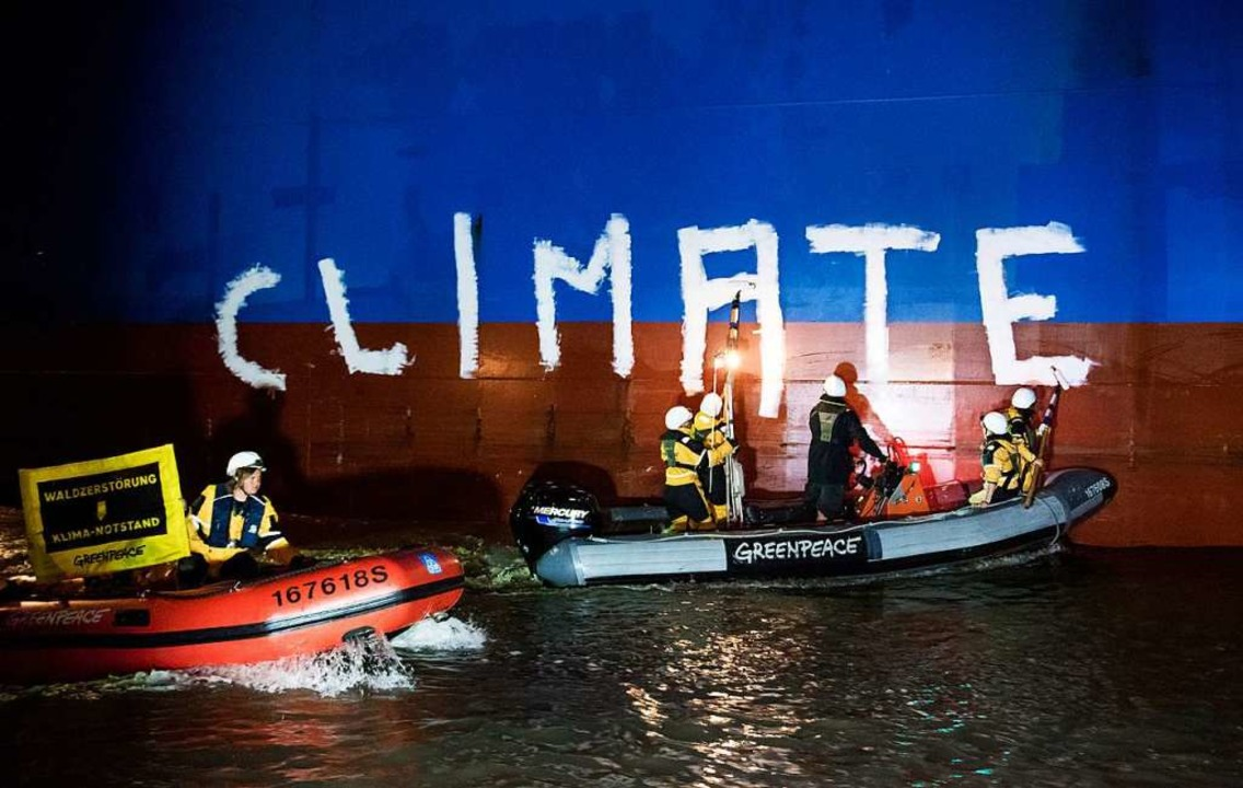 Archivbild:  Greenpeace-Aktivisten bem... Auch juristisch ist Greenpeace aktiv.  | Foto: Daniel Bockwoldt (dpa)