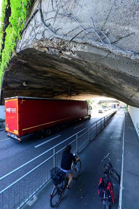Von der Bahnbrücke über den Zubringer fiel Beton.  | Foto: Ingo Schneider