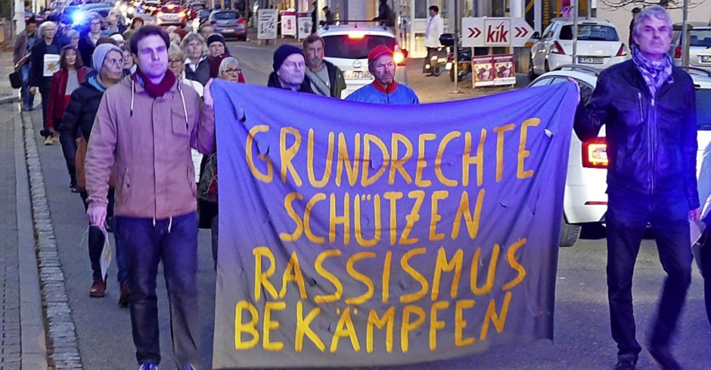 Schweigend marschieren die Teilnehmer ...agoge, um ihre Anteilnahme zu zeigen.   | Foto: Benedikt Hecht