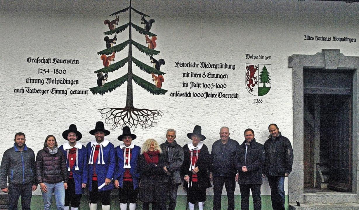 Umgeben von Gemeinderäten und Helfern ...ungstanne am Wolpadinger Rathäuschen.   | Foto: Karin Stöckl-Steinebrunner