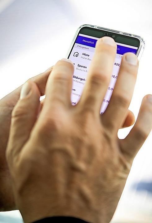 Apps ermöglichen einen Überblick über alle Konten.    Foto: Zacharie Scheurer (dpa)