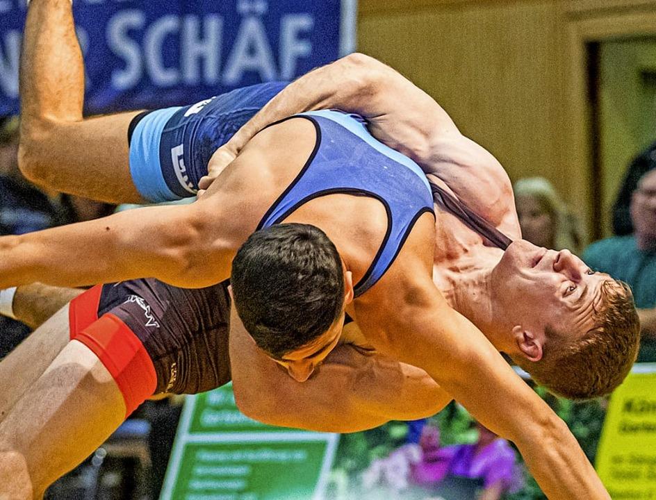 Erster Vierer der Saison: WKG-Ringer S... Tamirlan Bicekuev technisch überhöht.  | Foto: Sebastian Sternemann