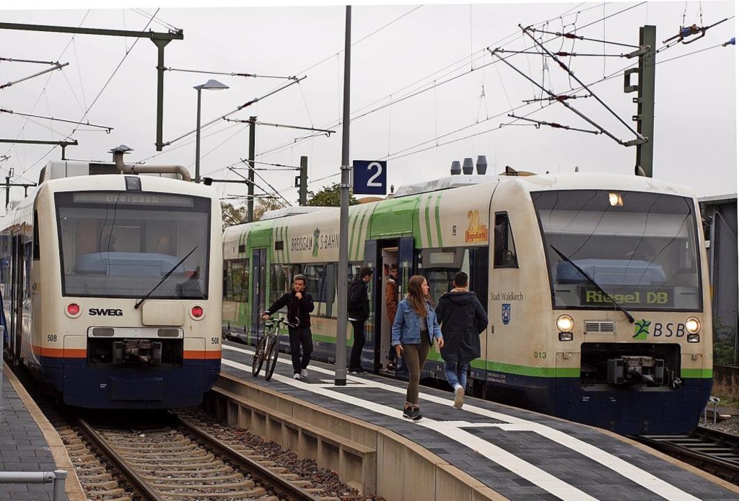Warten auf die Elektrozüge: Trotz der ...ichtung Breisach und Riegel starten.    | Foto: Michael Haberer