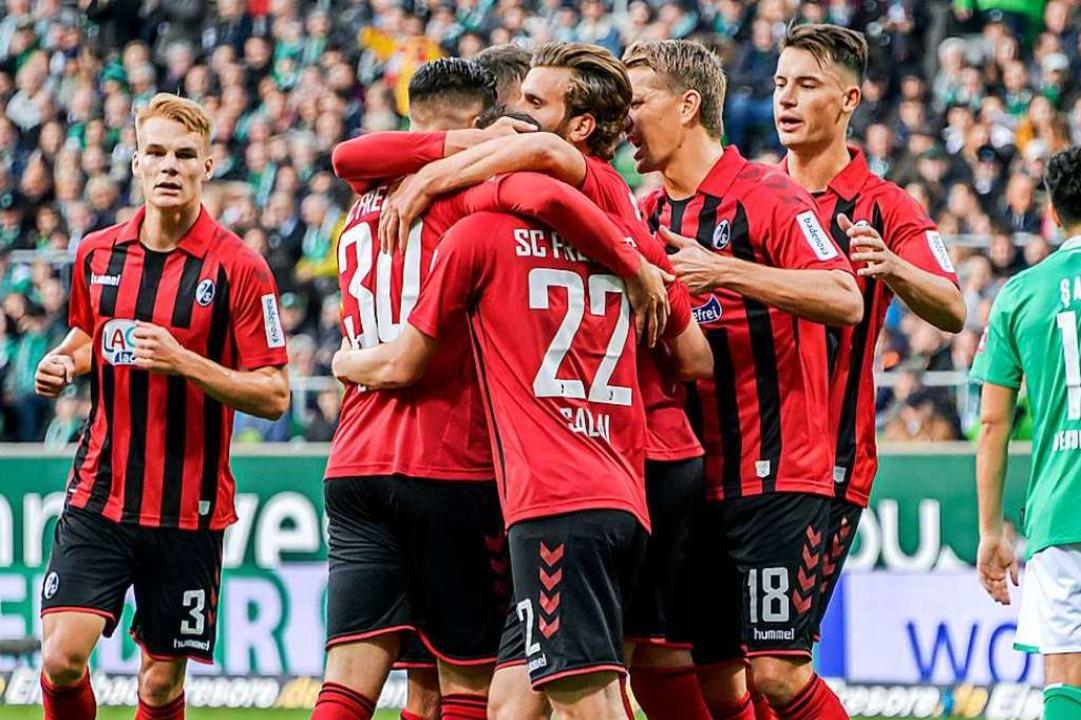 Die Freiburger Spieler bejubeln einen Treffer.  | Foto: Axel Heimken (dpa)
