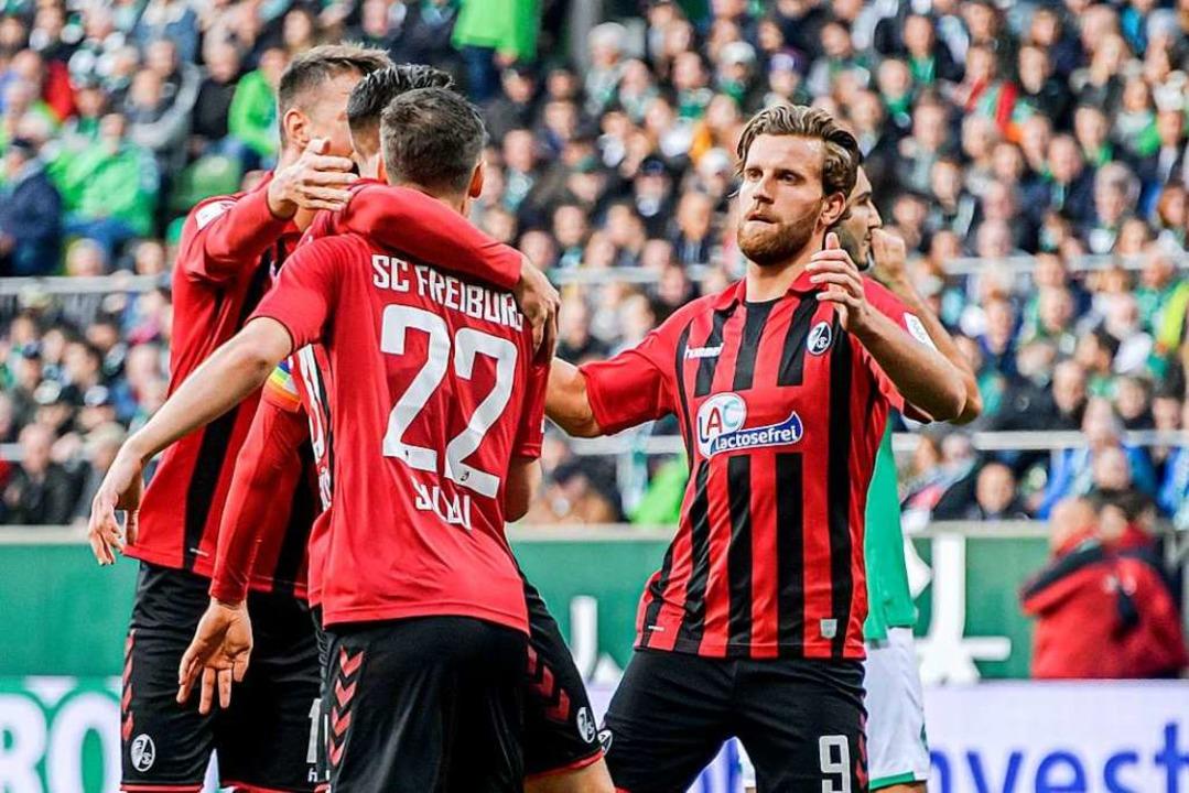 Die Freiburger jubeln spät und freuen sich über ein 2:2-Unentschieden.  | Foto: Axel Heimken (dpa)
