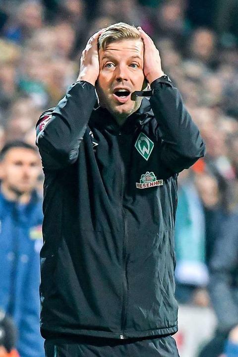 Florian Kohlfeldt mag gar nicht hinsehen.  | Foto: Axel Heimken (dpa)