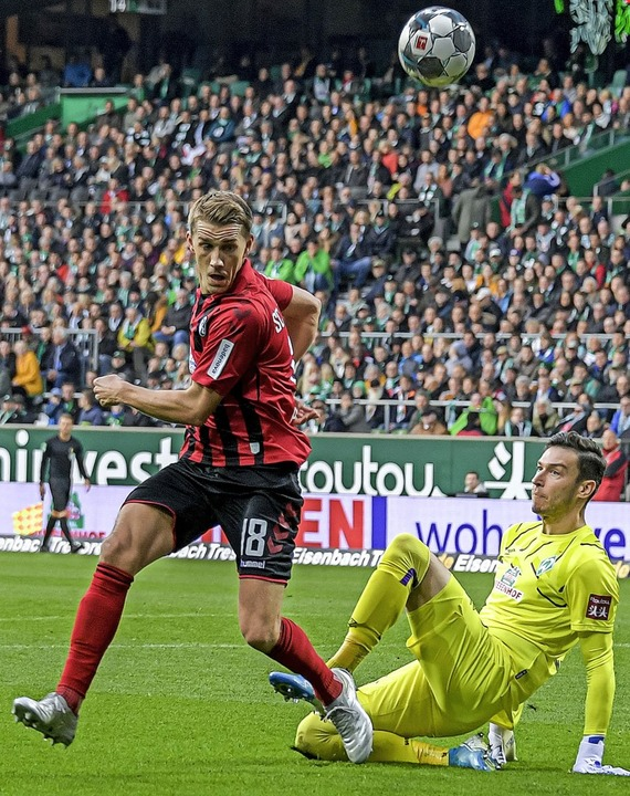 Nils Petersen (links) stibitzt Werder-... Pavlenka den Ball und trifft zum 1:1.  | Foto: Axel Heimken (dpa)