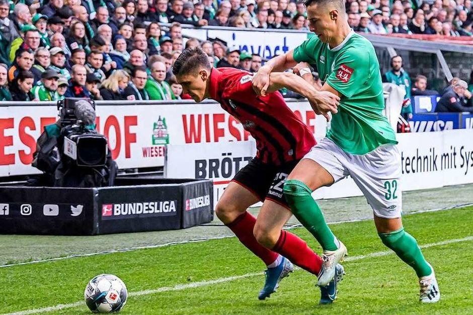 Zweikämpfe: Viele Zweikämpfe führten die Freiburger, insbesondere in der zweiten Halbzeit und in der Schlussphase, als die Partie zunehmend spannender wurde. (Foto: Axel Heimken (dpa))