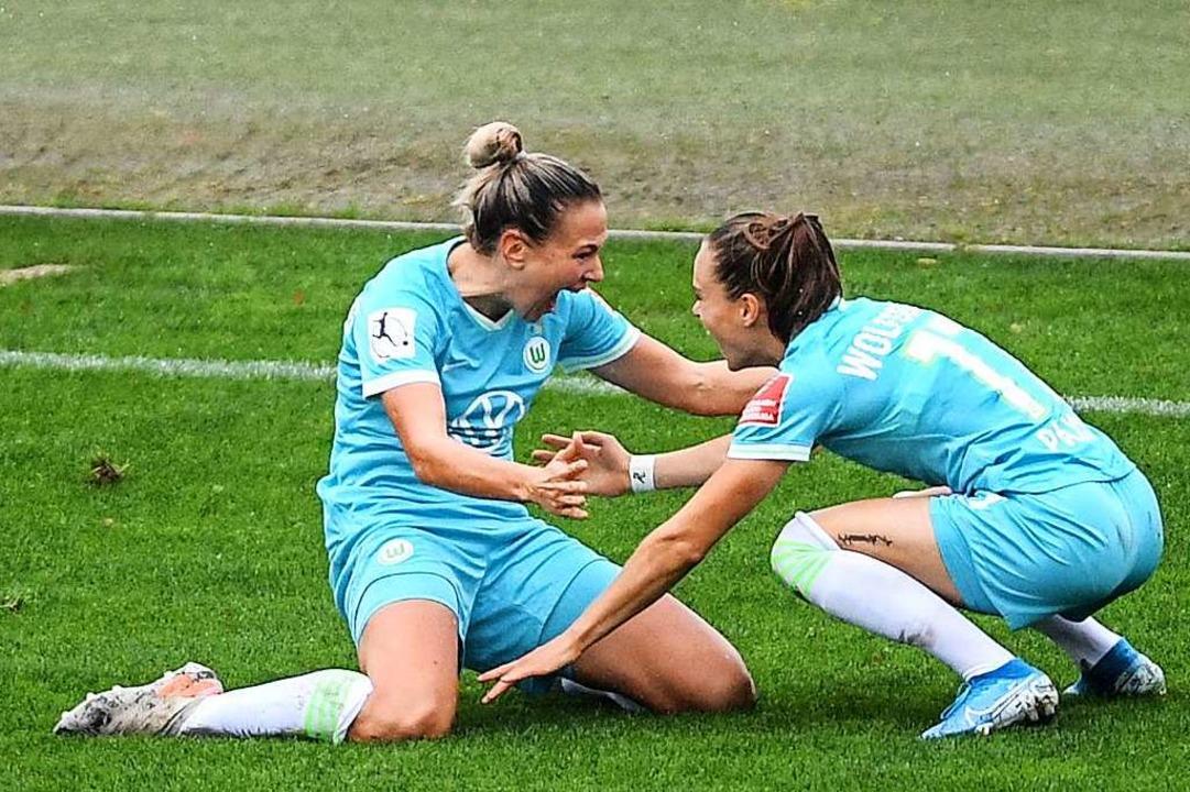Die Wolfsburgerinnen Zsanett Jaakabfi (links) und Ewa Pajor  bejubeln das 1:0.  | Foto: Patrick Seeger