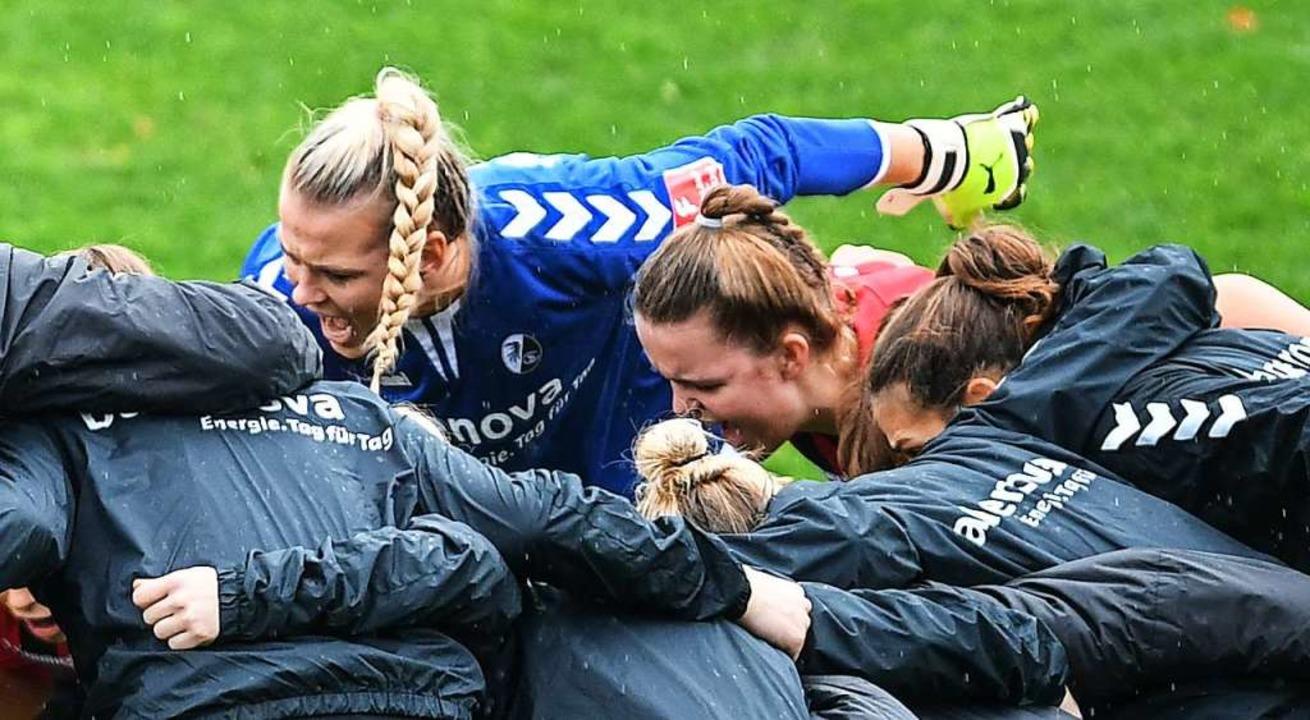 Vor dem Spiel beschwören die SC-Fußballerinnen noch ihren Teamgeist.  | Foto: Patrick Seeger