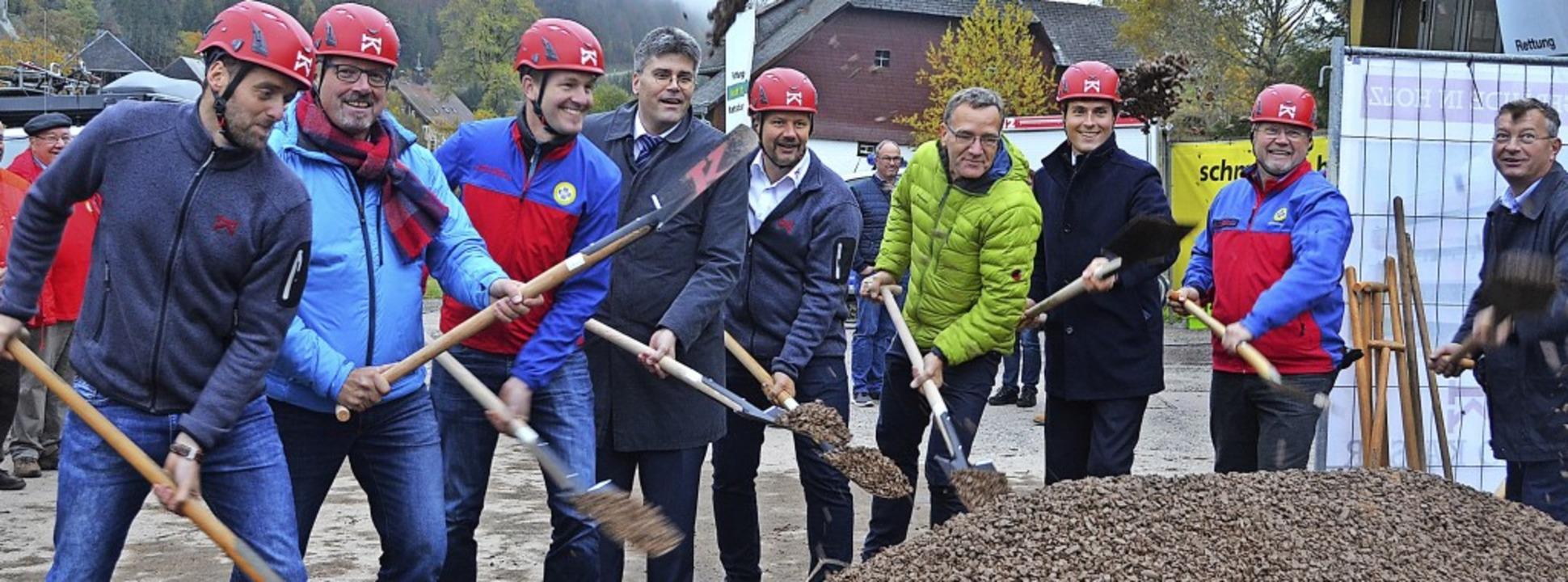 Michael Schmitz (Bauleiter Firma Holzb...hmidt (von links) griffen zum Spaten.   | Foto: Christiane Sahli