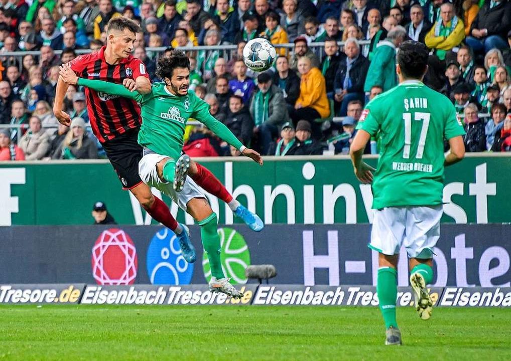 Robin Koch (links) im Luftduell mit Bremens Spieler Leonardo Bittencourt  | Foto: Axel Heimken (dpa)
