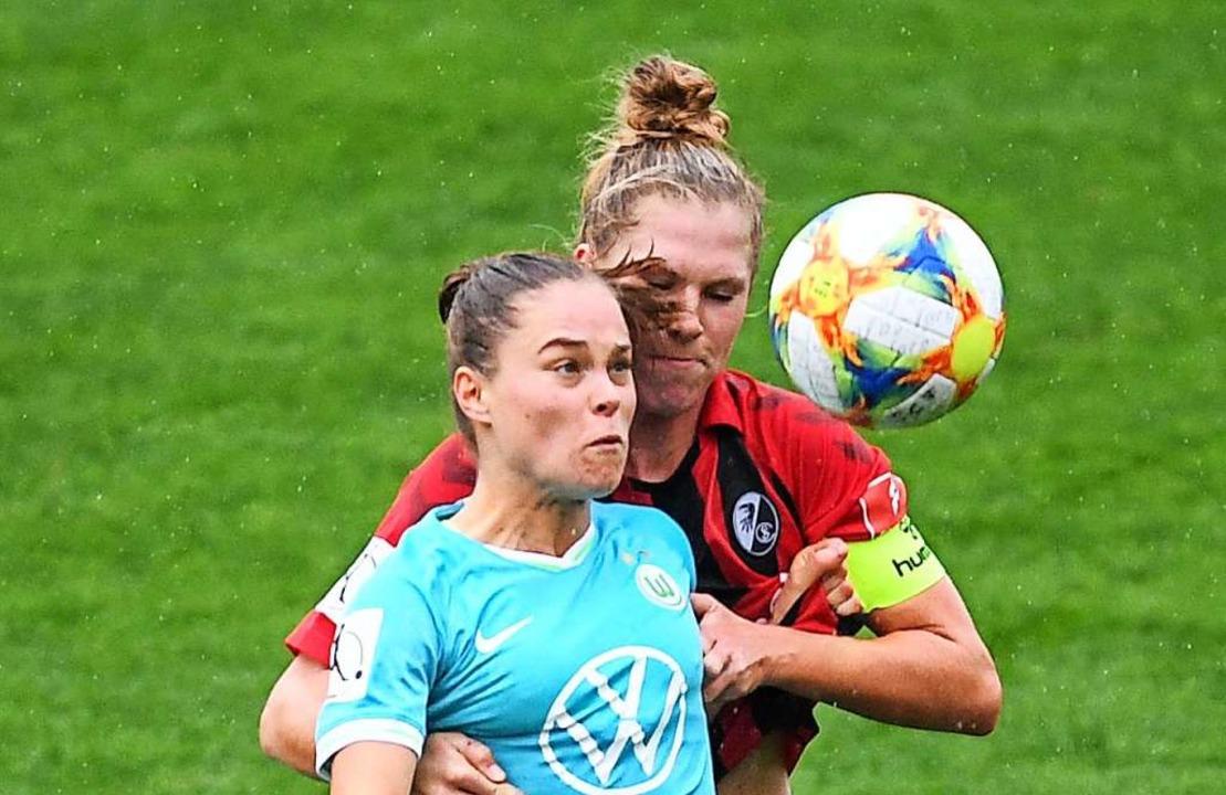 Die Wolfsburgerin Ewa Pajor (links) un...ch in dieser Szene gegenseitig nichts.  | Foto: Patrick Seeger