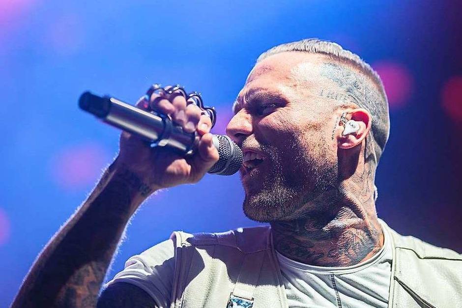 Reime, Beats, Tattoos: Der Berliner Rapper Kontra K in der Sick-Arena in Freiburg. (Foto: Fabio Smitka)