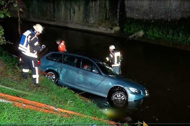Dieb versenkt Auto im Fluss – Hunderte von Plastikflaschen landen in der Schutter