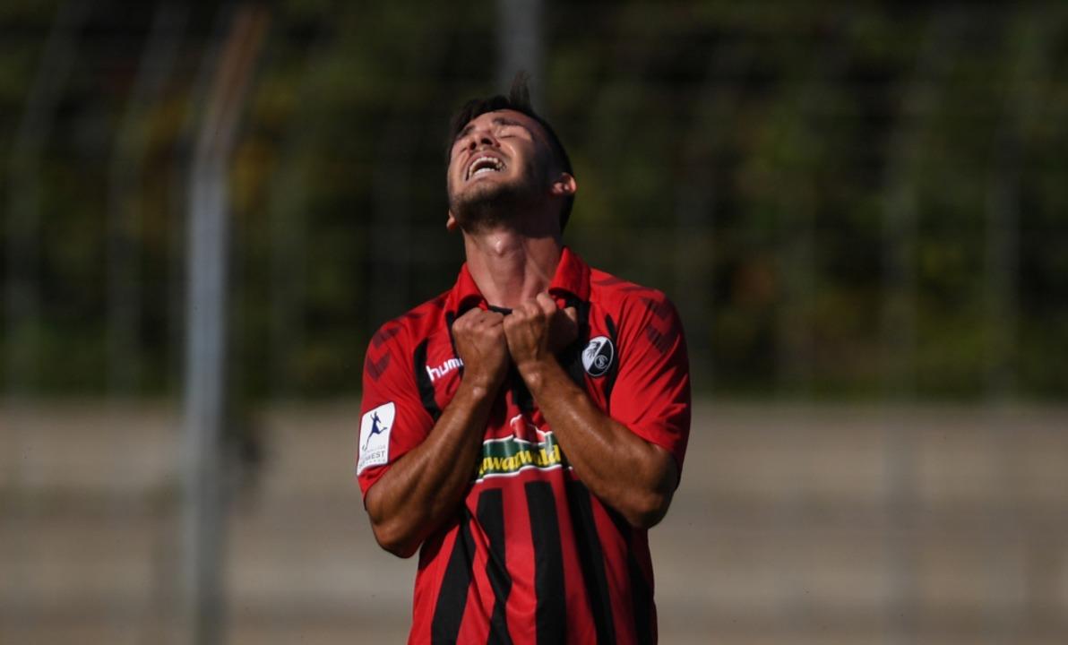 Zum verrückt werden:SC-Spieler Nico Hug  | Foto: Patrick Seeger