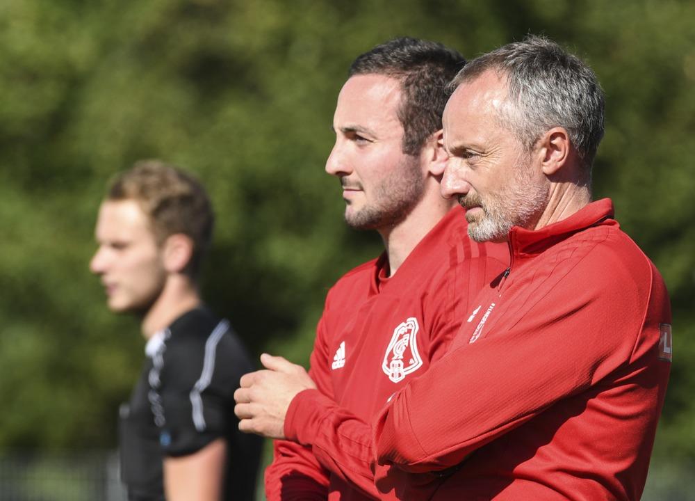 FFC-Coach Joschua Moser-Fendel (hinten...nem Assistenten Klaus-Peter Schneider.  | Foto: Patrick Seeger