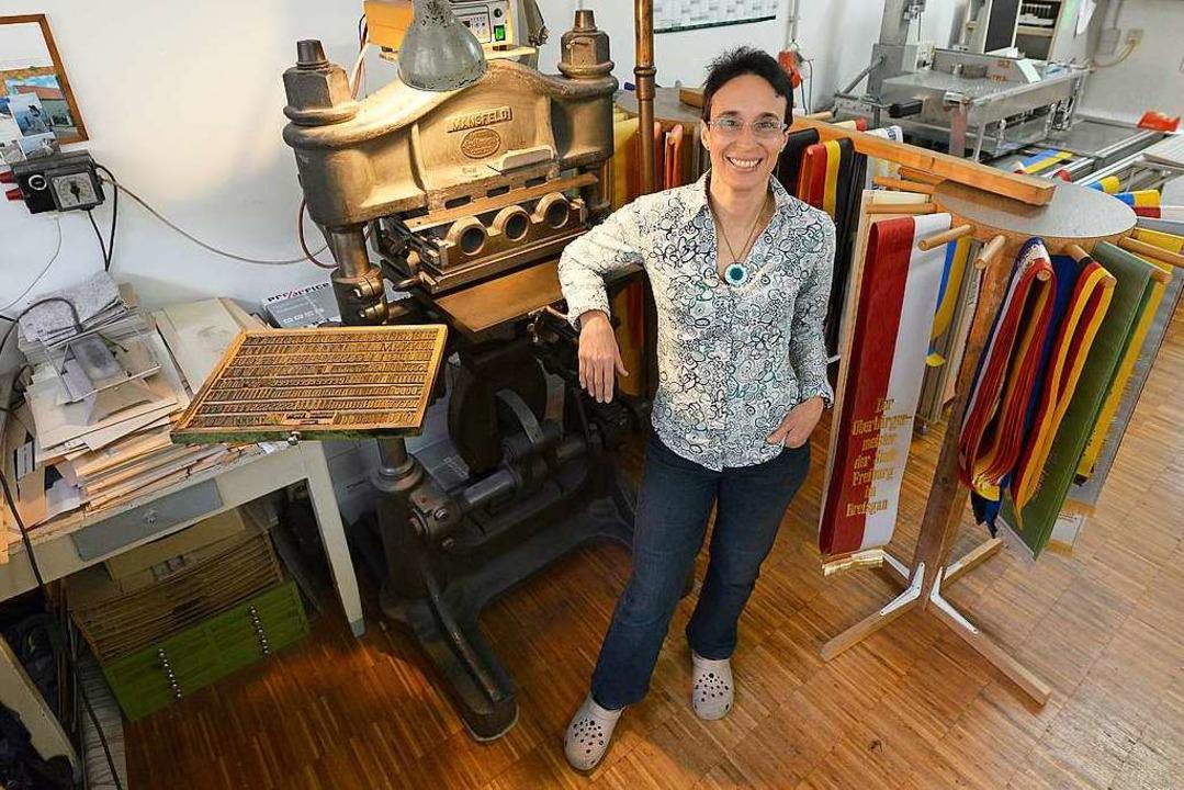 Buchbinderin Katharina Trautmann an de...presse, die sie nach wie vor benutzt.   | Foto: Ingo Schneider