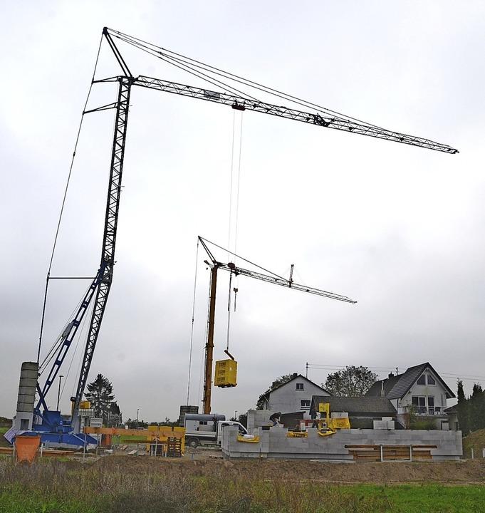 Die ersten Kräne stehen im Wyhler Baugebiet Etterpfad.  | Foto: Roland Vitt