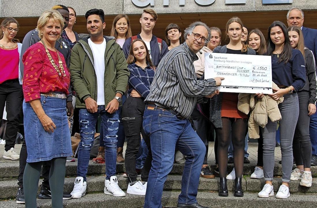 Schulleiter Thomas Kruse (hinten recht...rk einen Scheck im Wert von 1500 Euro.  | Foto: GHSE