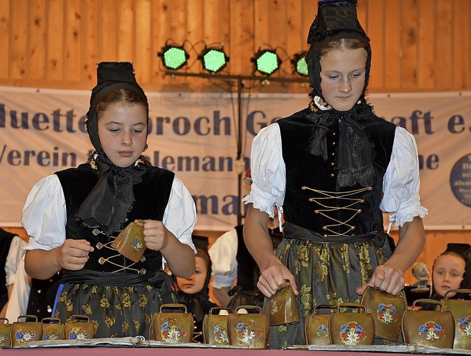 Klingende Kuhglocken: Helene Fehrenbac... von der Trachtentanzgruppe aus Waldau  | Foto: Thomas Biniossek