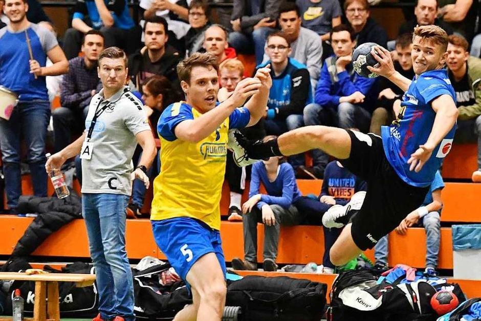 Der Freiburger Nino Matosic hebt unter den Blicken von SG-Trainer Ivan Mlinarevic (links) und Gegenspieler Johannes Lehmann am Waldkircher Kreis ab. (Foto: Achim Keller)