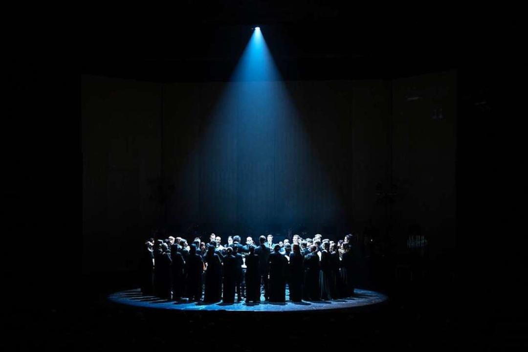 Teodor Currentzis in der Mitte seines Ensembles  | Foto: ALEXANDRA MURAVEVA