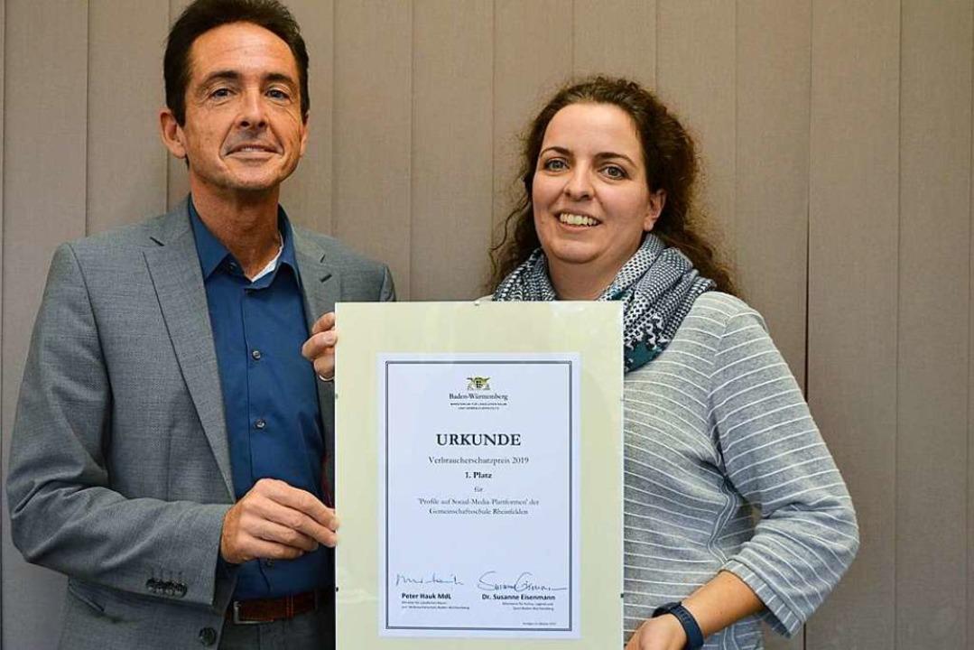 Schulleiter Hans Peter Brugger und Kla...chs mit der Urkunde zum ersten  Preis.  | Foto: Horatio Gollin