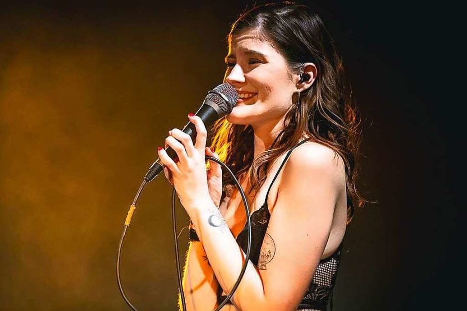Ernste Themen in poppigen Gewändern: Madeline Juno bei ihrem Konzert im Jazzhaus Freiburg. (Foto: Janos Ruf)