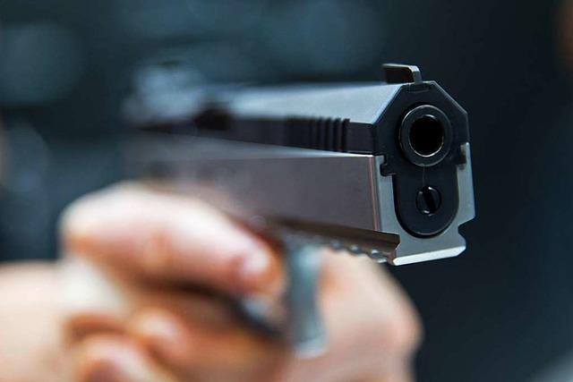 Tankstelle im Aargau mit vorgehaltener Pistole überfallen