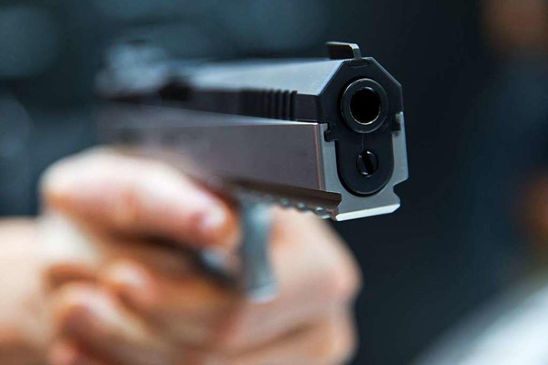 Mit vorgehaltener Pistole haben zwei M...llenshop in Frick überfallen (Symbol).  | Foto: Daniel Karmann