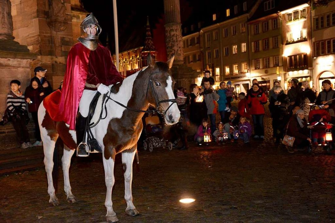 Martinsspiel auf dem Freiburger Münste...einen Zug mit Pferd in der Innenstadt.  | Foto: Rita Eggstein