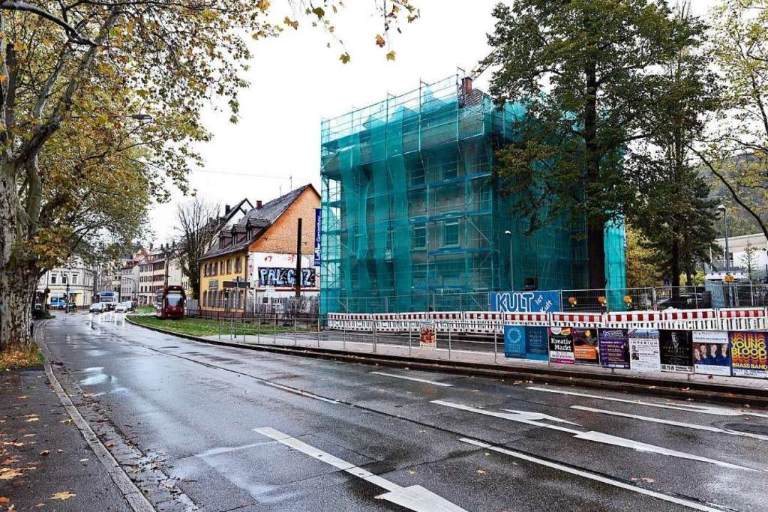 Das verhüllte Haus Schwarzwaldstraße 3...daneben) soll dem Stadttunnel weichen.    Foto: Thomas Kunz