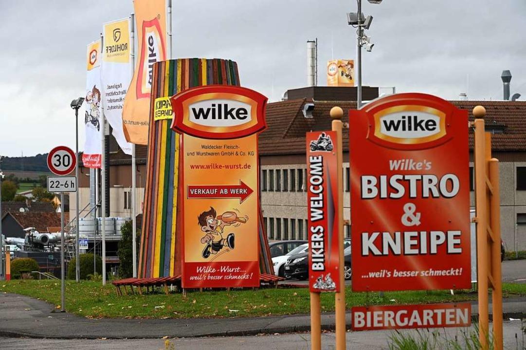 Firmenschilder kennzeichnen die Einfah...nordhessischen Wurstherstellers Wilke.  | Foto: Uwe Zucchi (dpa)