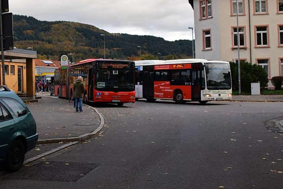 Am Bahnhofsvorplatz in Bad Säckingen  ...e Busse für den Schienenersatzverkehr.  | Foto: Stefan Ammann