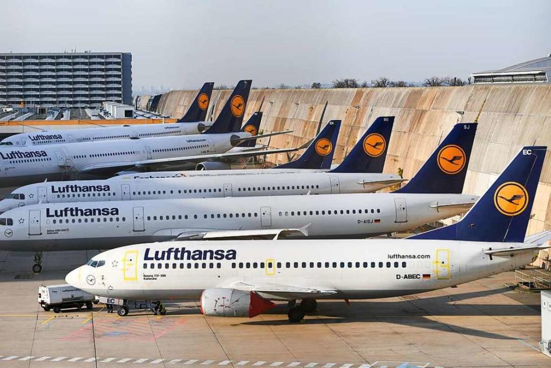 Viele Flugzeuge der Lufthansa bleiben am Boden.  | Foto: Arne Dedert (dpa)