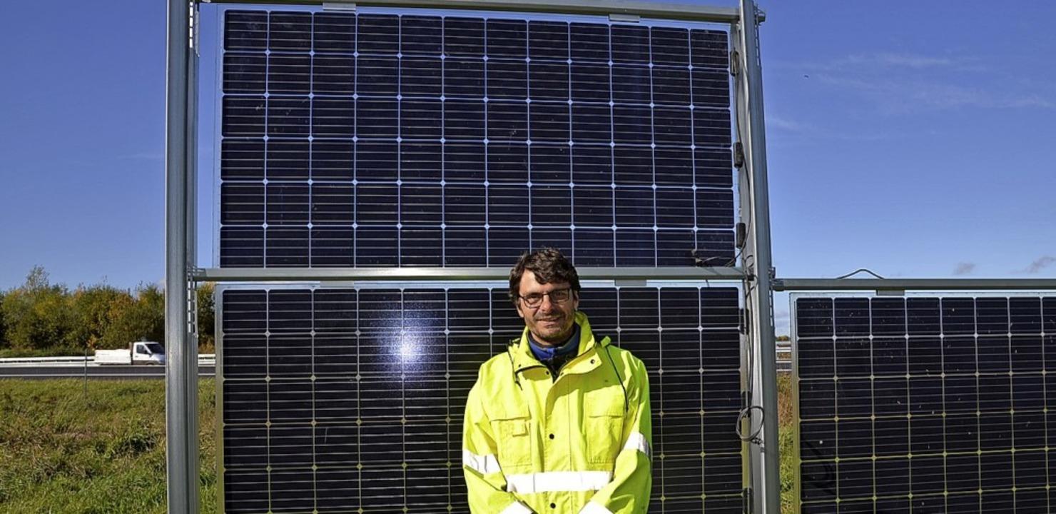 Projektleiter Daniel Kögler vor einem ...senkrecht aufgeständerten Solarmodul.   | Foto: