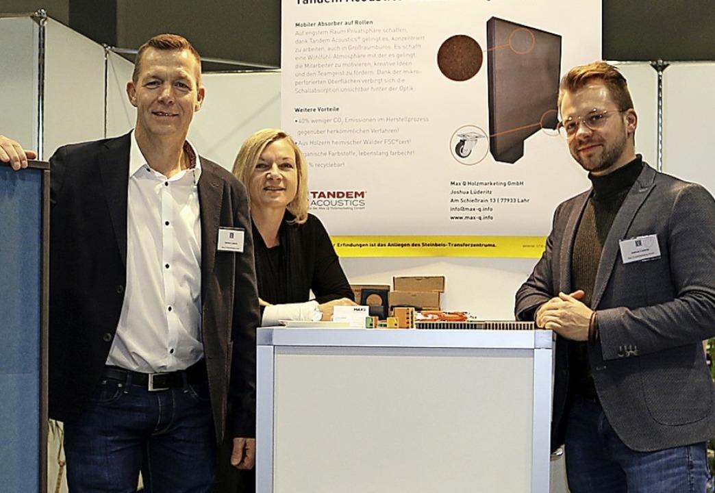 <BZ-FotoAnlauf>Erfinder:</BZ-FotoAnlau... Q mit ihrem Schallabsorptionsprodukt   | Foto: Firma