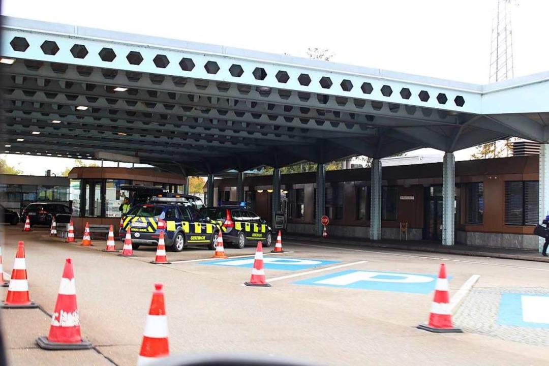 Am Grenzübergang Basel, am Ende der A5, sind Autos der Grenzwache geparkt.    | Foto: Carolin Scheidel