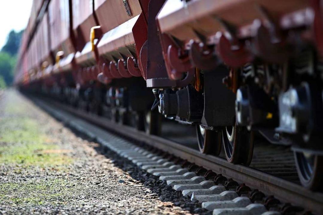 Auf der Rheintalbahn ist der Zugverkeh...s Güterzugs unterbrochen (Symbolbild).  | Foto: Oliver Berg